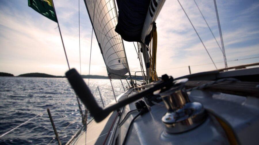 Przygotowania do sezonu żeglarskiego – o czym warto pamiętać?