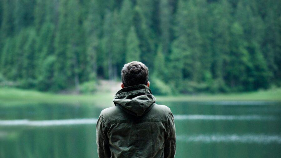 chłopak stojący tyłem